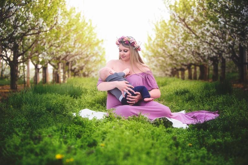 Family Photographer, mother breastfeeding son