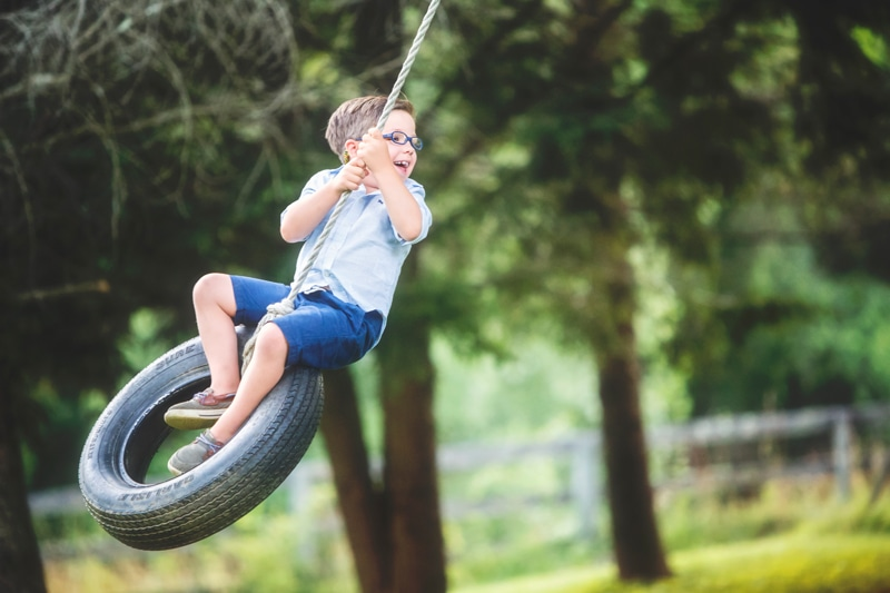 Family Photographer, litte boy on a tire swing